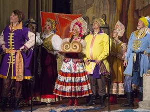 Выступление на сцене с микрофонами. Фото с сайта www.volgachoir.ru